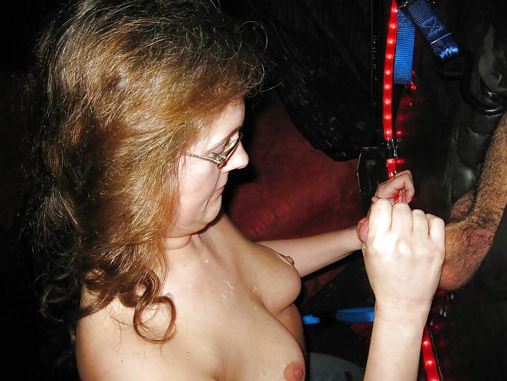 Saugen von Jugendlichen und Reifen in Nacktbildern