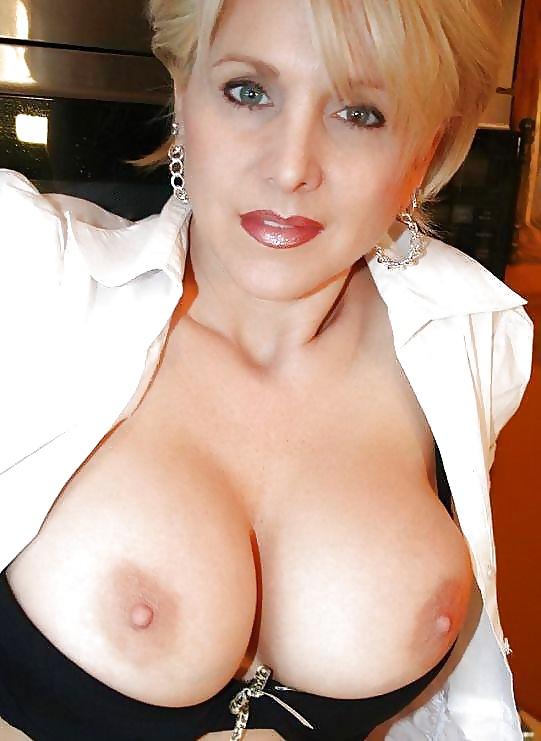 Nackt reife großen brüsten mit frauen ältere Damen