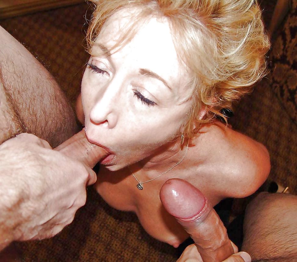 Milf Muschi saugt den Schwanz mit ihrem Mund.