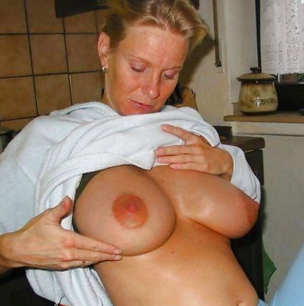Mit großen brüsten junge nackt frauen Titten Bilder