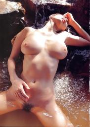 Die asiatische Dirne ist mit ihrer haarigen Muschi und grossen Titten heiß.