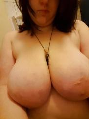 Braunhaariges Flittchen lassen ihre dicke Titten sehen.