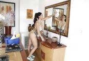 Die geile mollige Alison reinigt ohne Kleidung.