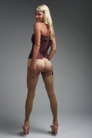 Hübsche Mädchen tragen geile Unterwäsche.